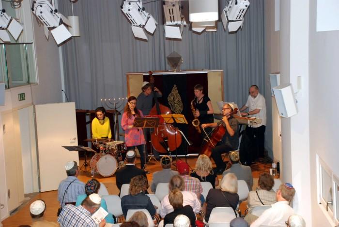 Nach so vielen Fragen und Antworten klingt der Abend bei Jazz-Klängen in der Unabhängigen Synagogengemeinde Berlin – Bet Haskala e.V. aus.