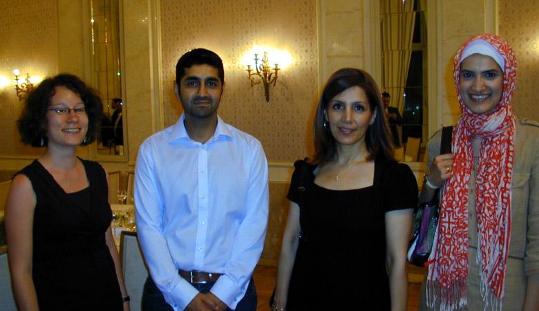 Sonja Völker (links) mit Integrationsministerin Bilkay Öney (2. von rechts) und zwei Vertretern der Ahmadiyya-Gemeinde